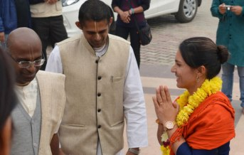 vrindavan-chandrodaya-mandir-representatives-welcome-tulsi-gabbard_01