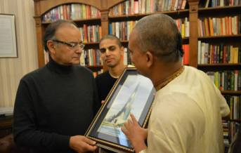 sri-bharatashrabha-dasa-gifting-arun-jaitley-the-temple-picture