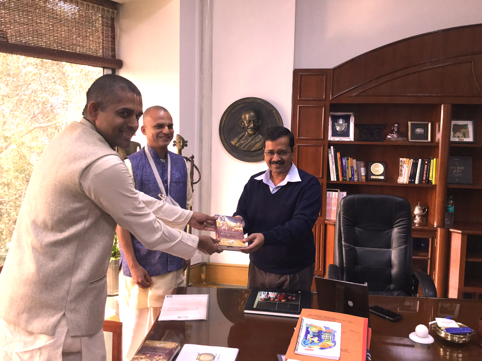 Chief Minister of Delhi Sri Arvind Kejriwal met devotees of Vrindavan Chandrodaya Mandir1