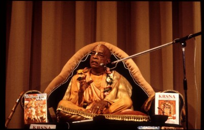 Prabhupada-with-his-beloved-original-books-570x1000